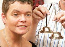 Peter Hess® Klangmassagepraktikerin Angela Münkel genießt den zarten Klang der Zenzimbeln